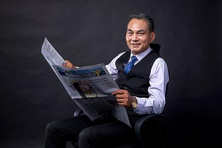中年商务成功人士看报纸图片