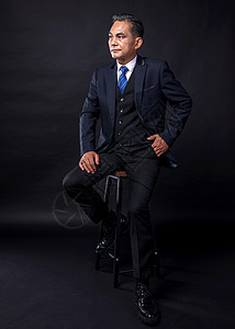 中年商务成功人士威武坐姿图片