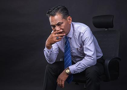 中年危机困扰中的商务人士图片