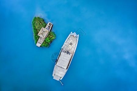 蓝色湖面停泊的小船图片