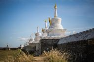 秋天内蒙古大草原上的白色佛塔建筑图片