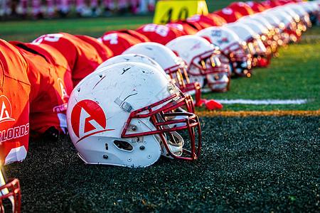 草地上的橄榄球头盔图片