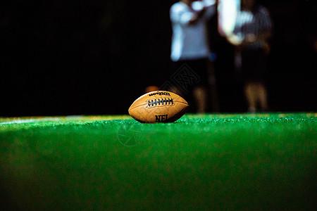 草地上的橄榄球图片