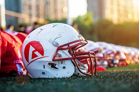 阳光下的橄榄球头盔图片