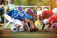 阳光下的橄榄球比赛图片