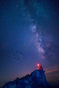 夏天山顶星空银河下的浪漫少女图片