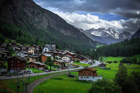 瑞士阿尔卑斯山脚下的田园村落图片