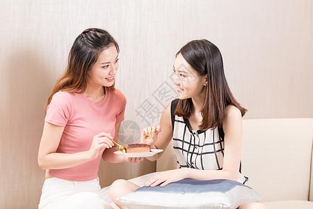女性吃甜品图片