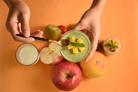正在食用的甜点芒果抹茶布丁图片