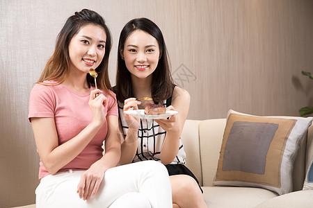 闺蜜居家吃甜品图片