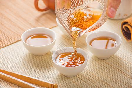 茶会上为茶客分茶图片
