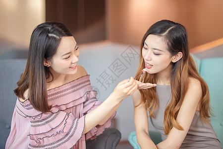 年轻女子在一起吃甜品图片