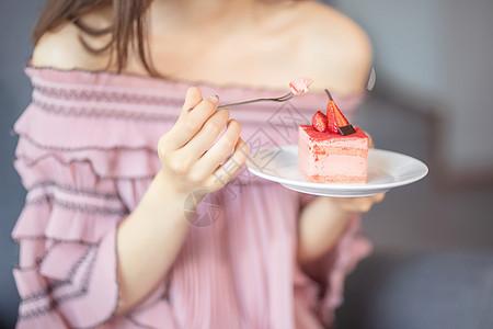 甜美的女生吃甜品图片