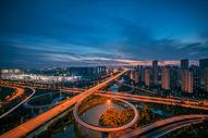 夕阳晚霞下的城市立交桥车轨图片