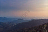 湖北旅游景点九宫山蜿蜒道路和风车图片