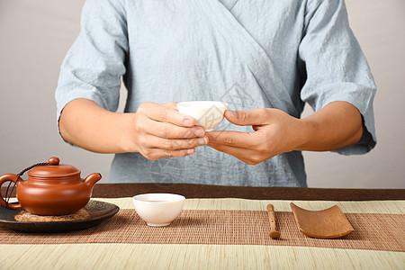 在茶会上泡茶品茶图片