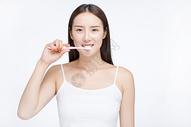 女性刷牙图片