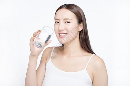 女性喝水健康生活图片