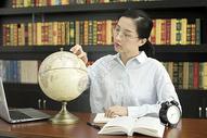 女学生学习地理图片