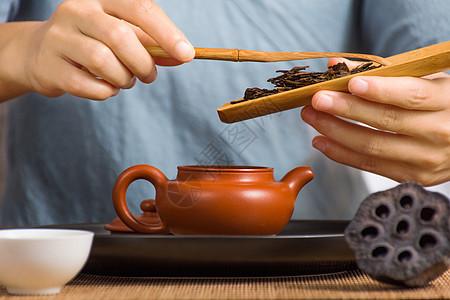 泡茶时投茶的动作图片