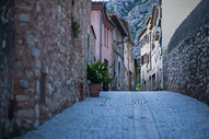 西班牙巴塞罗纳附近蒙特塞拉特山下的科尔贝托小镇图片