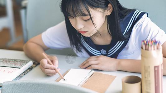 教室中可爱少女图片