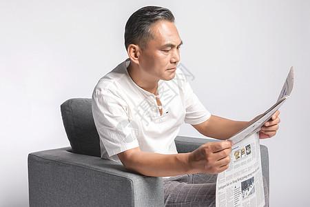 退休的中年男人看报纸图片