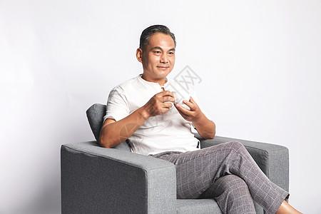 退休在家的中年男人喝茶图片