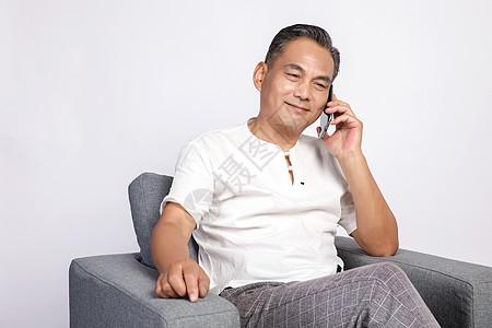 退休在家的中年男人打电话图片