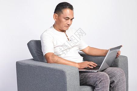 退休在家的中年男人玩电脑图片