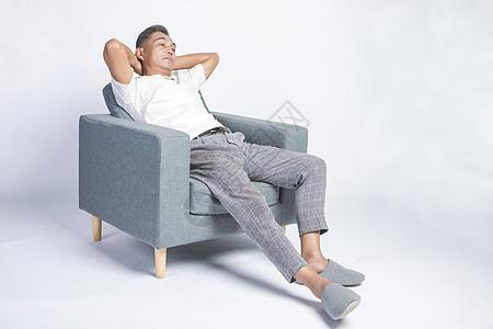 在家休息的中年人图片