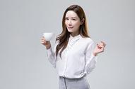 喝咖啡的白领美女图片