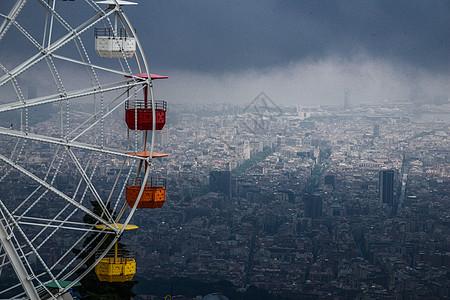 西班牙巴塞罗那提比达波山游乐园上鸟瞰城区图片
