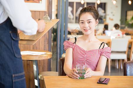 年轻美女咖啡馆图片