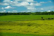 法国南部阿韦龙地区的乡村田野图片
