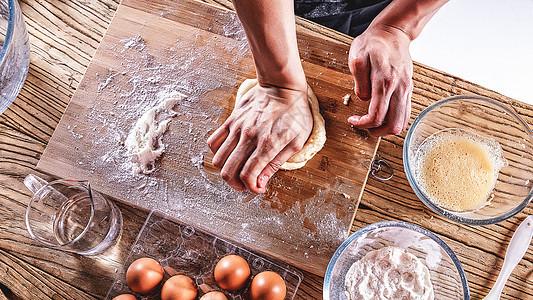 面包师揉面团图片