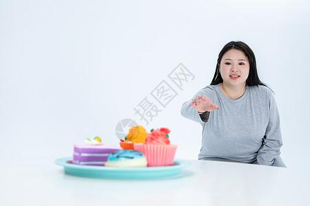 胖女生与甜食图片