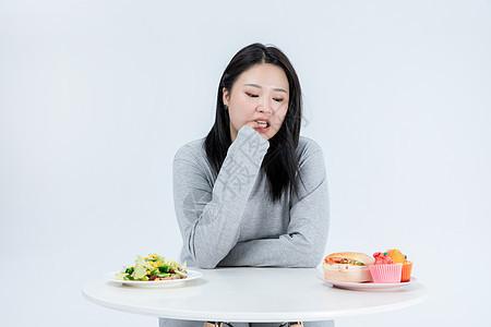 胖女生吃甜食图片