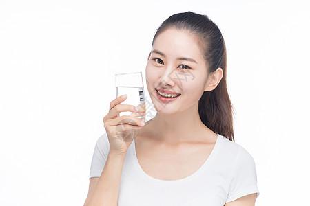 女性喝水图片