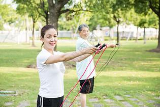 老年人运动锻炼跳绳图片