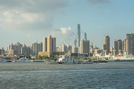 船舶驶过黄浦江图片