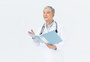 老年男性医生文件夹形象图片