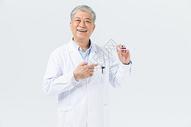 老年男性医生拿假牙图片