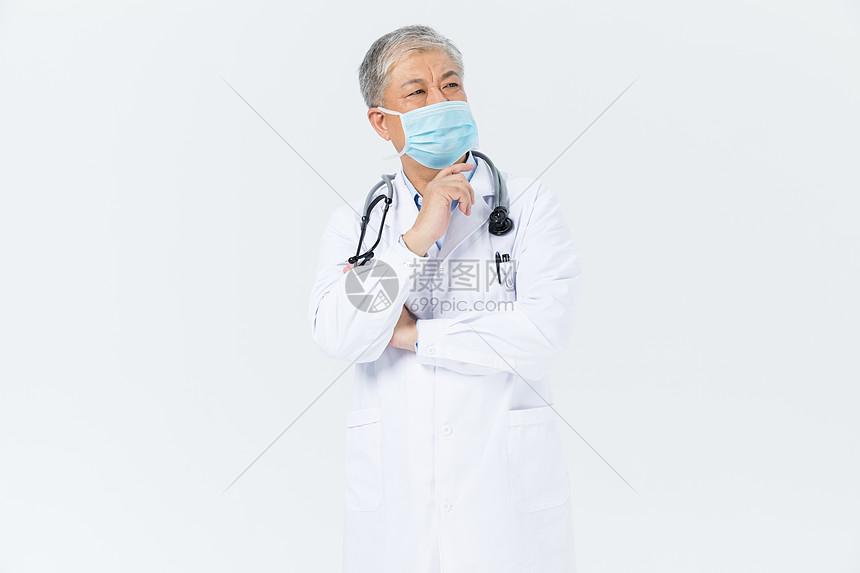 老年男性医生听诊器形象图片