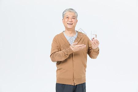 老年男性喝酒形象图片
