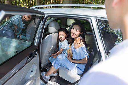 一家人出行上车图片