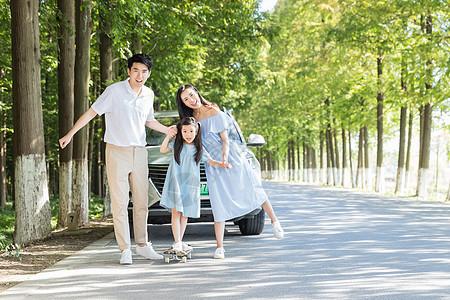 一家人玩滑板图片