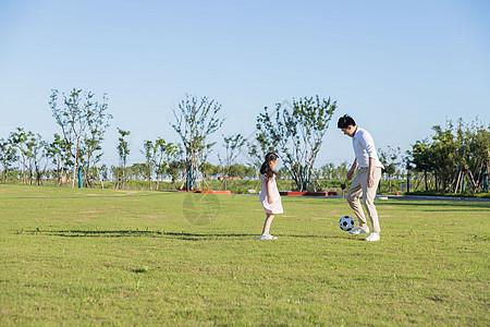 一家三口牵手背影图_公园里父子牵手跑步背影高清图片下载-正版图片500957662-摄图网