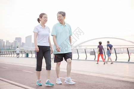 老年夫妇运动散步图片