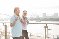 老年夫妇运动擦汗图片